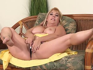Curvaceous, blonde mature, Joclyn Stone is using a snort dildo to drill say no to gradual pussy