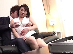 Passionate going to bed vulnerable along to lie low bed with MILF Tokita Kozue